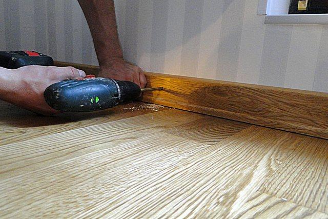 Монтаж плинтусов из дуба – Монтаж деревянного плинтуса — несколько вариантов с пошаговым монтажем своими руками