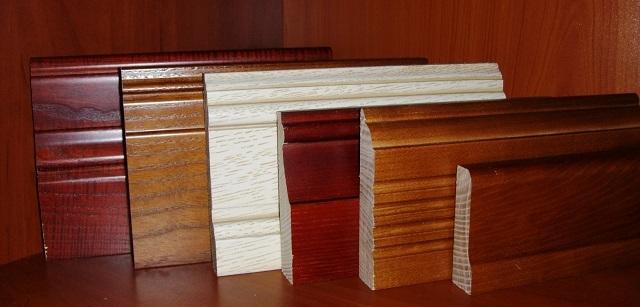 Высота плинтуса весьма значительно влияет на дизайн помещения. Кроме того, высокие плинтусы в гораздо большей мере способны выполнять защитные и маскировочные функции.