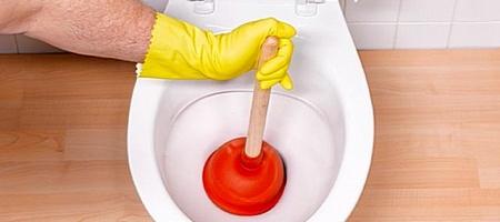 Как прочистить унитаз от засора: используем спецсредство в домашних условиях