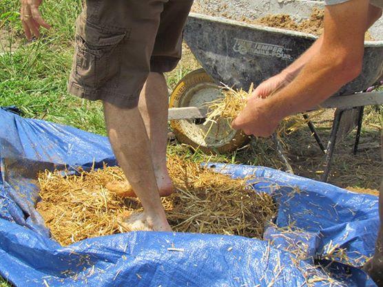 Большой объем смеси при отсутствии бетономешалки замешивают ногами