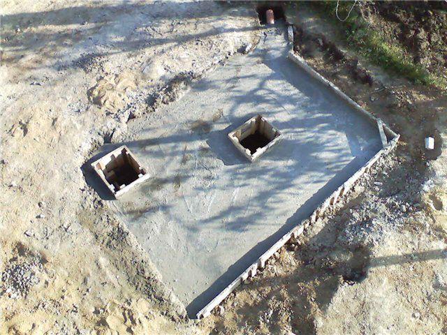 Получившаяся плита и перекрыла выгребную яму, и станет основанием для домика туалета