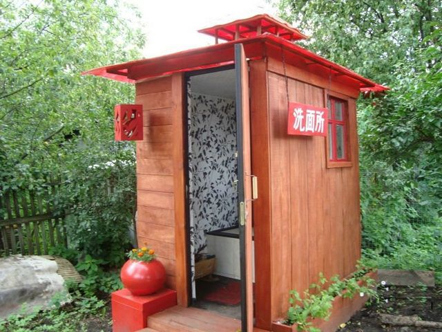 Даже самый традиционный домик туалета можно оформить по разному