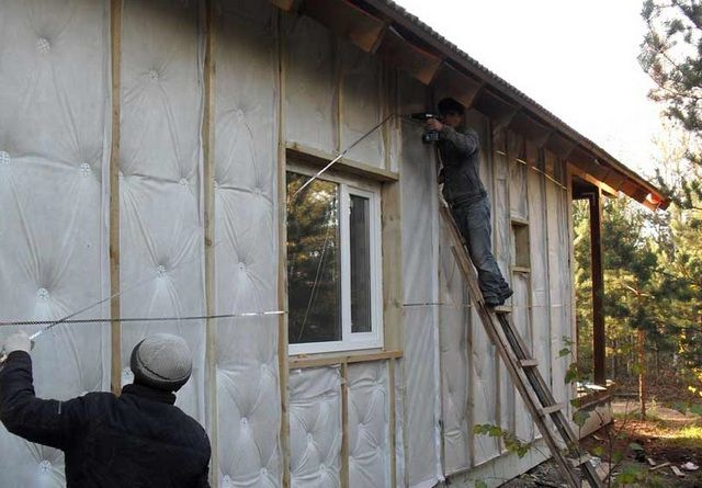 Облицовка дома чаще всего проводится параллельно с его утеплением