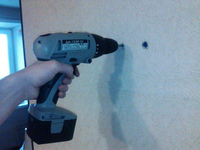 Процесс сверления стены с помощью шуруповерта