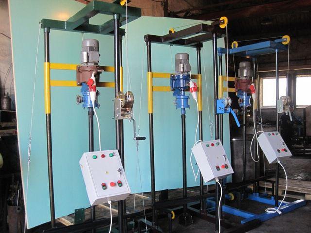 Малогабаритные установки для гидравлического бурения. Помпа установлена прямо над буровой колонной