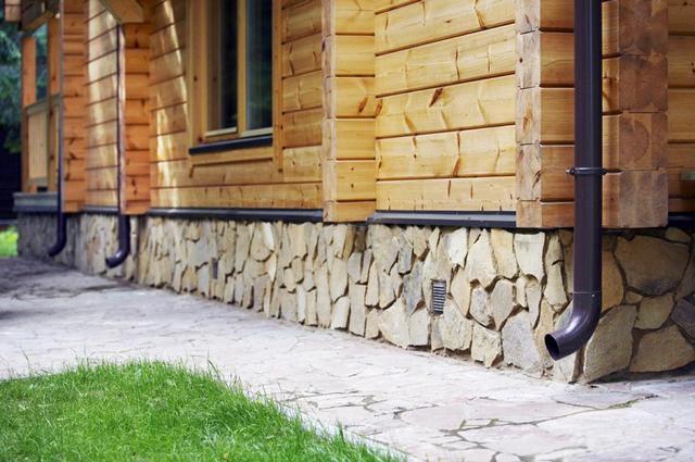Цоколь с натуральной каменной облицовкой - смотрится очень богато