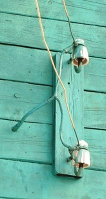 """Такой ввод кабеля через деревянную стенку - """"мина замедленного действия"""""""