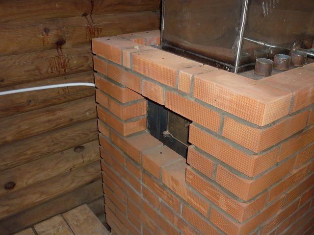 Обязательно оставляются вентиляционные отверстия около дымохода