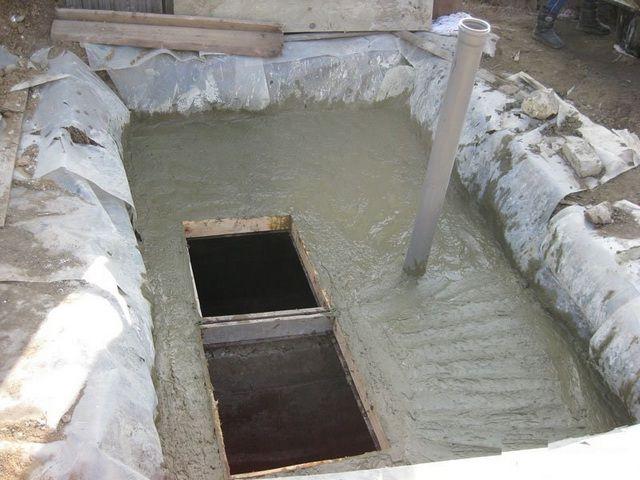 Заливка армированной бетонной стяжки перекрытия погреба. Обязательно оставляется проем для люка