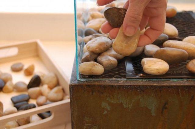 Работа завершается выкладкой декоративных камней