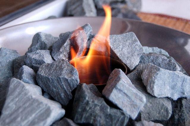 """Пламя """"прячется"""" среди гранитных фрагментов"""