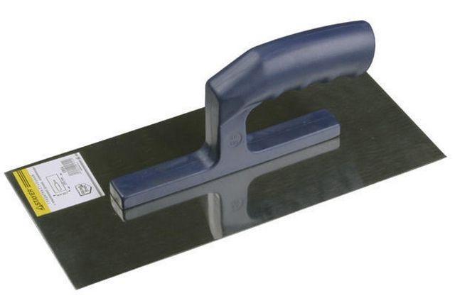 Гладилка в ряде случаев поможет равномерно распределить раствор по поверхности потолка