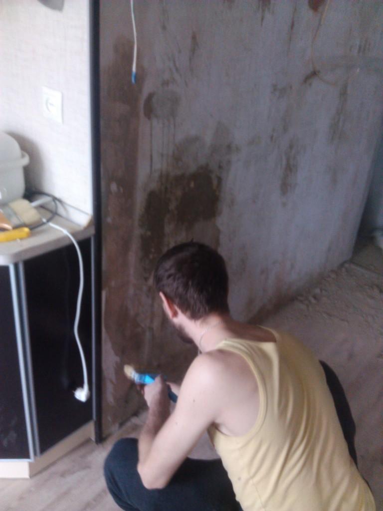 Грунтуем стены с помощью кисти или валика