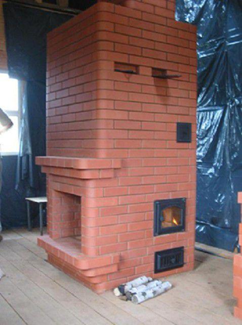 Печь-камин с квадратом в основании впишется даже в небольшое помещение