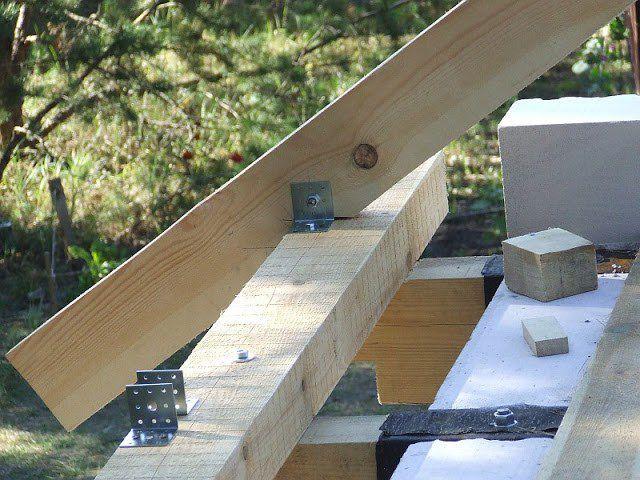 Использование металлических уголков для придания жесткости конструкции