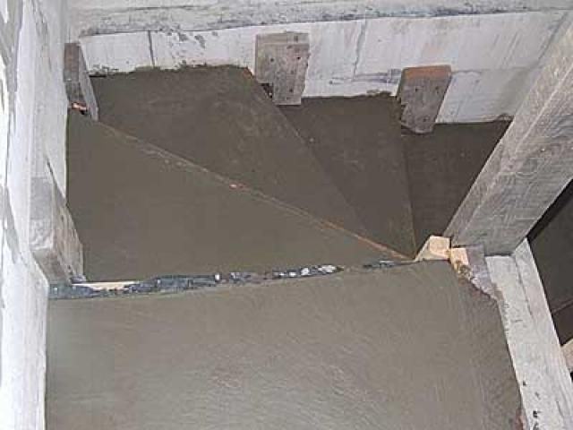 Заливка ступенек цементным раствором