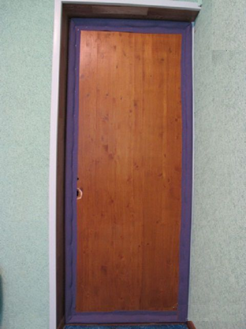 Первыми по периметру двери крепятся уплотнительные валики