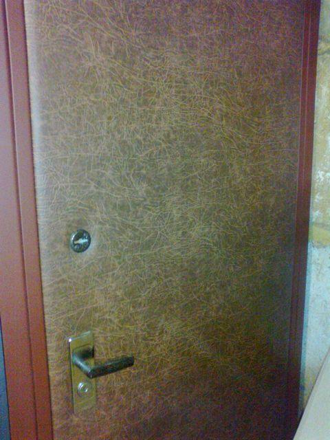 Обивочный материал загибается за полки двери и закрепляется на клей