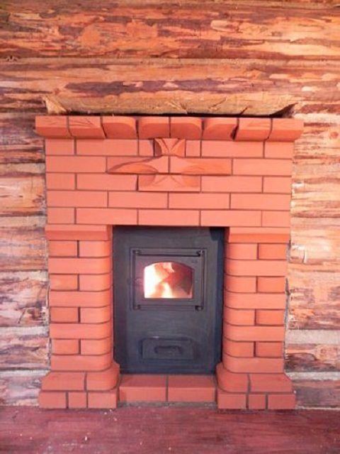 Печка полностью вмурована в стену и превратилась в камин