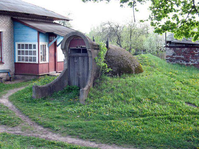 Погреб под естественной или искусственно насыпанной возвышенностью на участке