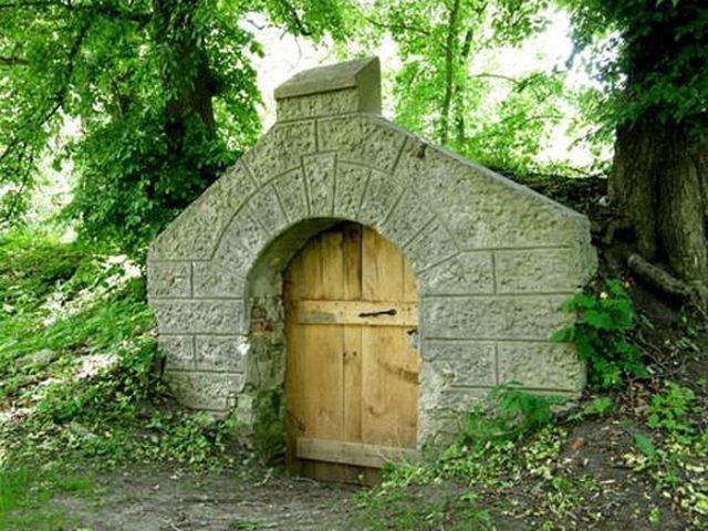 Массивные деревянные двери в погреб-ледник