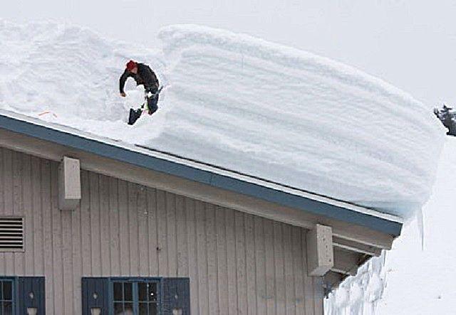 Одним из недостатков односкатной крыши является скопление на ней снежных масс