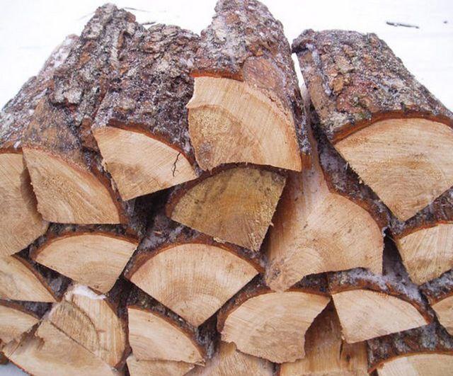 Хвойные дрова дают много дыма и копоти, быстро сгорают. Для печки - не самый лучший вариант
