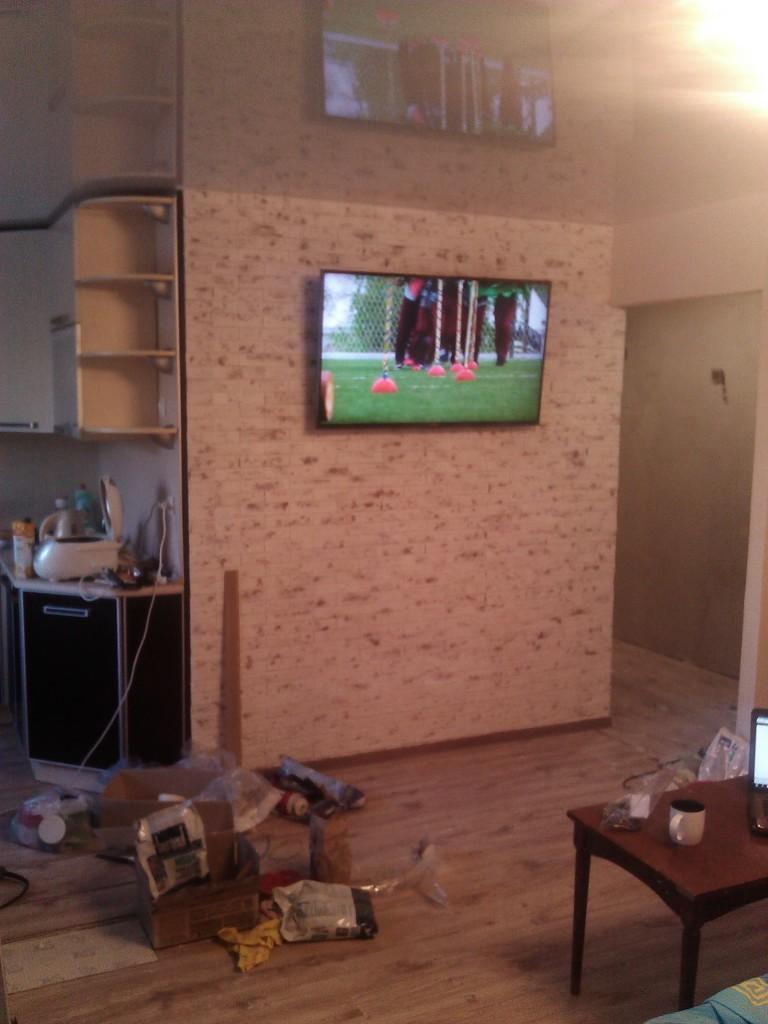 Стена отделана декоративной плиткой - финальная версия