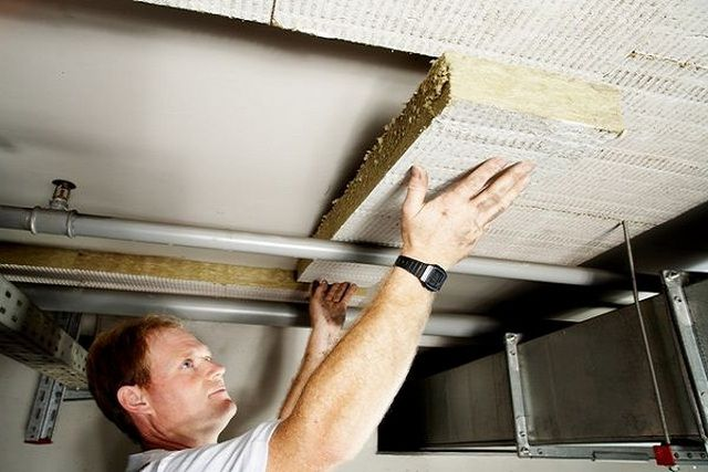 Для создания оптимальных температурных условий потолок погреба следует утеплить