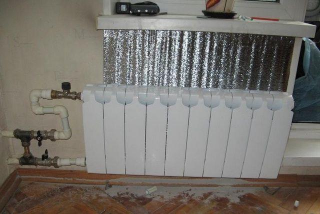 Поверхность стены за батареей целесообразно покрыть фольгированным термоизолятором