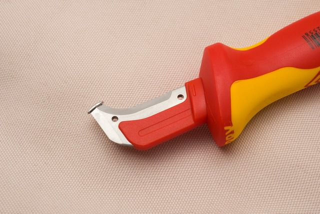 Оболочку с кабеля лучше всего снимать специальным инструментом