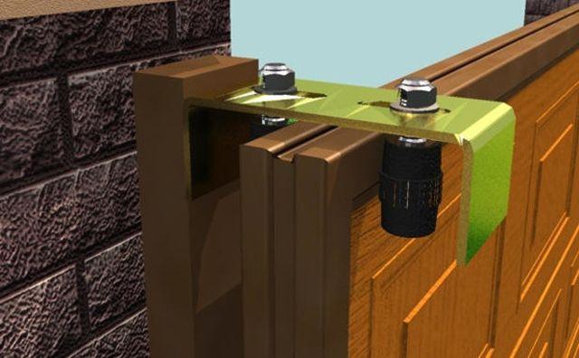 Пластина с верхними направляющими роликами монтируется на опорный столб
