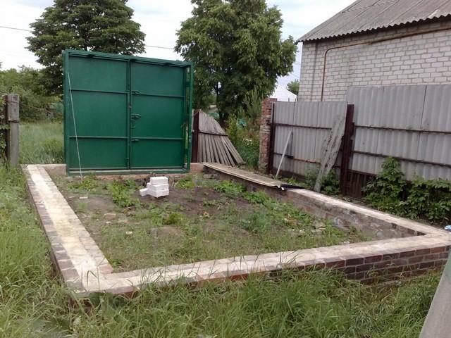 Готовые ворота можно заранее установить на подпорки, до возведения стен
