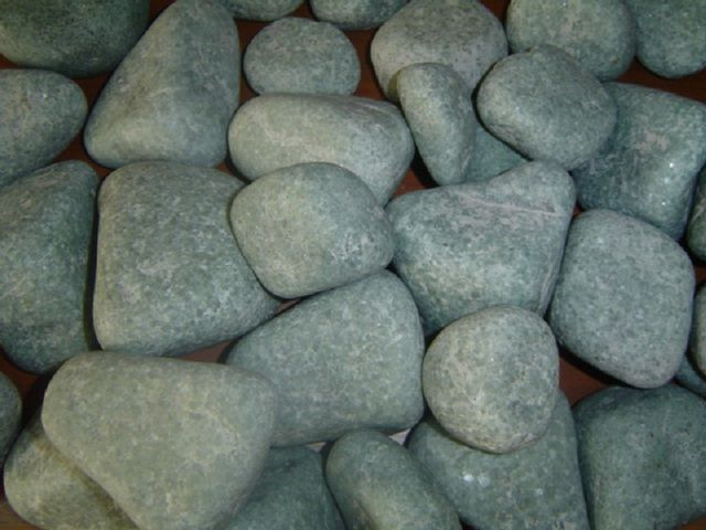 Жадеит - один из лучших вариантов для каменки. Помимо природной красоты, ему приписывают и лечебные свойства