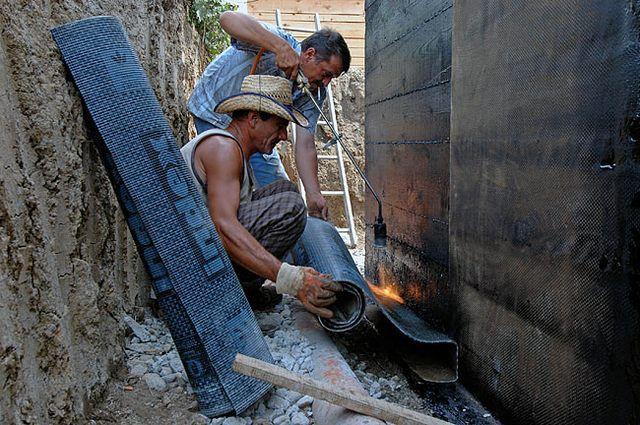 Наплавление вертикальной рулонной гидроизоляции на стенки фундамента