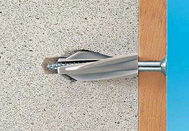 Гвозди или обычные дюбеля плохо держатся в пенобетонной стене - потребуется специальный крепеж