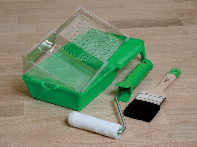 Основные и инструменты - валик, кисть, лоток для краски. Лоток может иметь сменные вкладыши