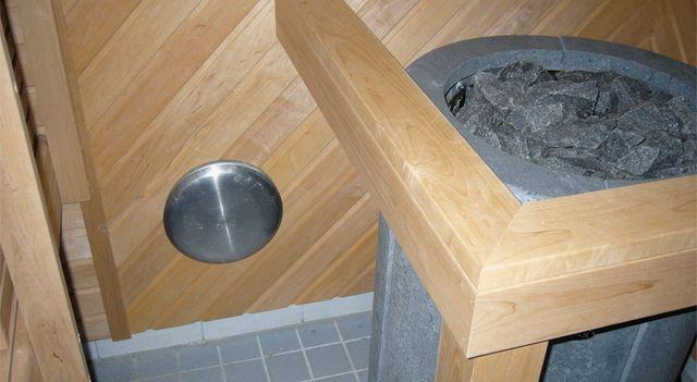 Входное отверстие вентиляции в области каменки