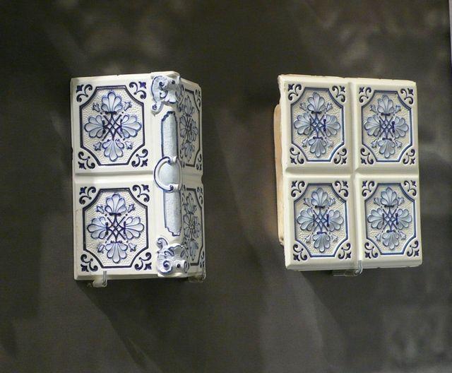Помимо обычных стеновых, производятся и фигурные изразцы для внешних углов, полок, плинтусов
