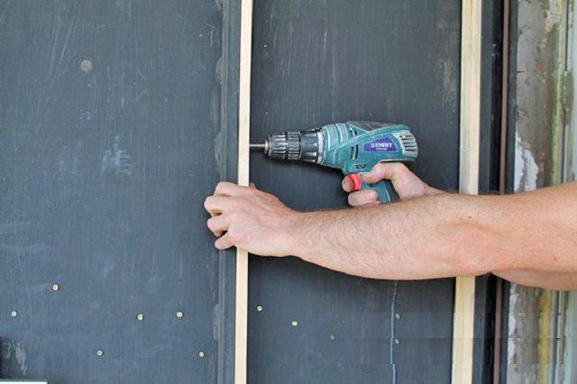 Крепление деревянных реек к направляющим каркаса металлической двери