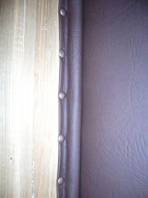 Уплотнительные валики крепятся на стойки и верхнюю перекладину дверного косяка