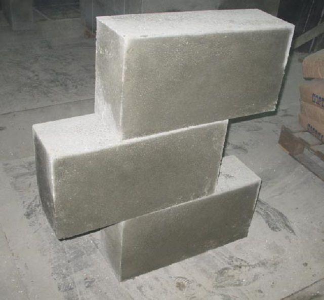 Пенобетонные блоки подходят и для строительства, и для дополнительного утепления стен