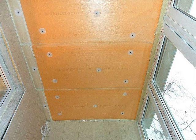 Прочные плиты пеноплекса можно крепить непосредственно к поверхности потолка