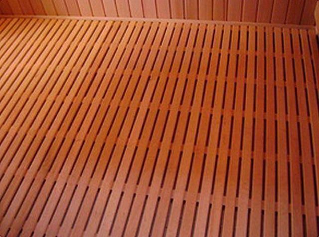 Один из лучших вариантов - протекающий деревянный пол сверху и черновой бетонный - снизу