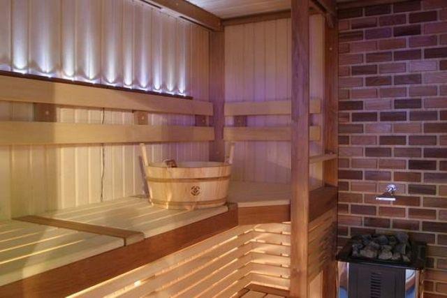 Стенки около электрической или дровяной печки обязательно облицовываются негорючим материалом