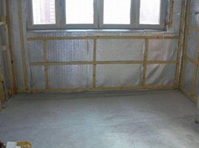 Обрешетка устанавливается поверх пенофола, уложенного фольгированной стороной внутрь помещения