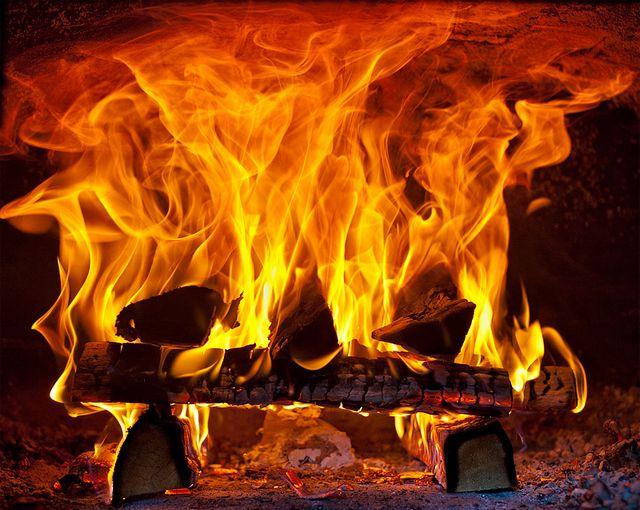 При обычном сжигании дров не используется в полном объеме заложенный в них энергетический потенциал
