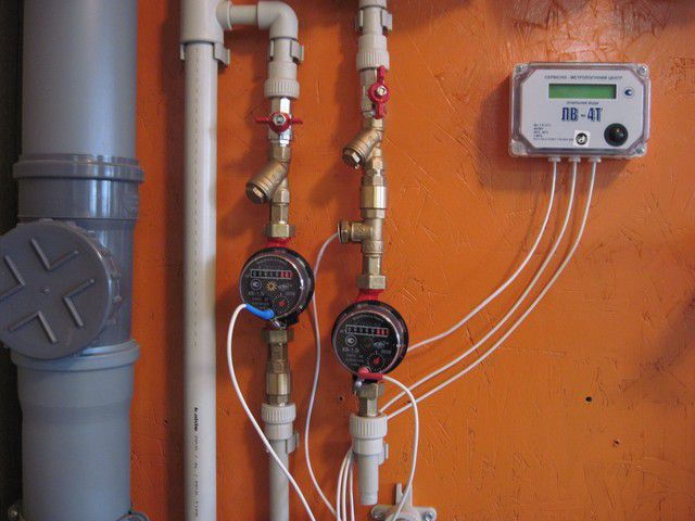 Счетчики подключены к индикаторной панели. Термодатчик, помимо этого, снимает показания температуры горячей воды