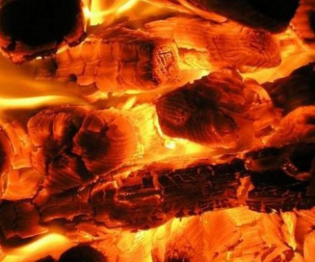 Горение дров с ограниченным поступлением кислорода приводит к образованию пиролизных газов, являющихся отличным топливом