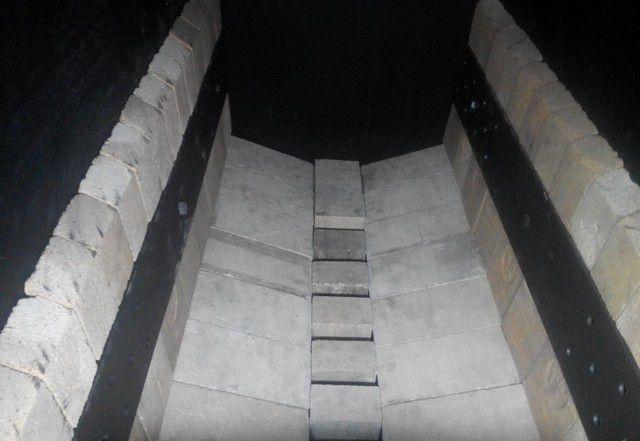 Футеровка шамотным кирпичом позволяет соблюдать требуемый температурный режим и защищает металл